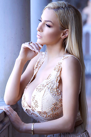 Jordan Carver in 'La Donna' via